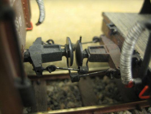 Die kleinen Gewichte sorgen dafür, dass der Drahtbügel immer unten bleibt