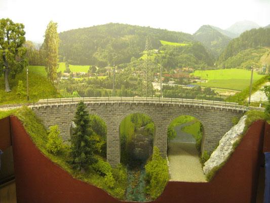 Begrünt und mit dem Hintergrund versehen macht sich das Viaduktmodul ganz gut.