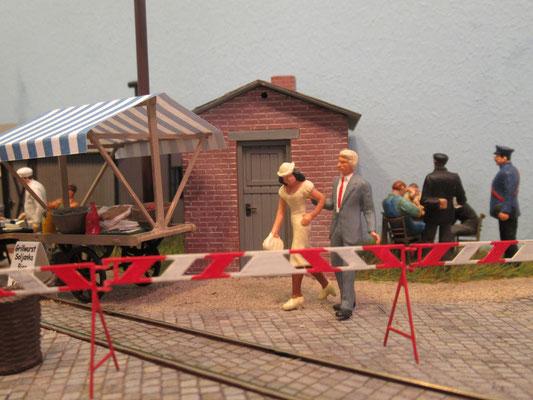 Diese Gäste aus dem Westen freuen sich auch über das Bahnhofsfest....