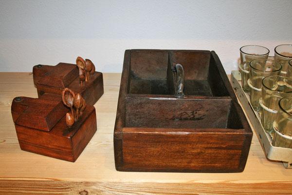 Salz-/Pfefferbehälter (Holz) mit Löffeln / alter Holzkasten mit Fächer