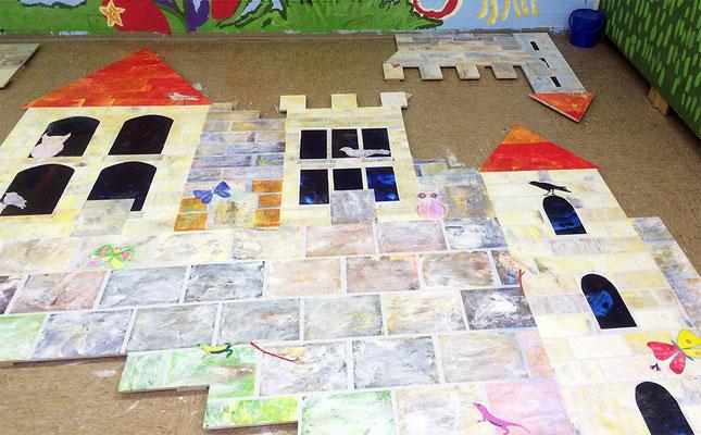 Alle Burgteile sind auf die Holzuntergründe aufgeklebt. Jetzt kann die Burg an die Wand.