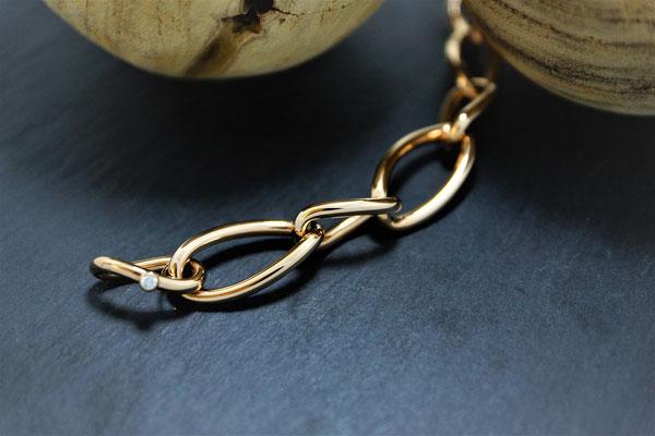 """Goldschmiede Jürg Roduner Armschmuck Bracelet verdreht von """"Isabelle Fa"""" aus Rotgold 750 mit einem weissen Brillanten"""