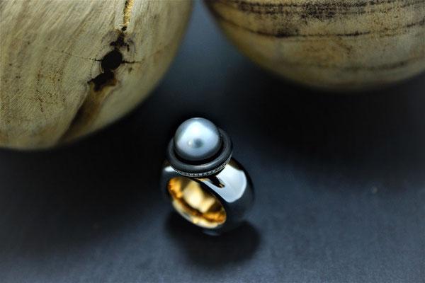 Goldschmiede Jürg Roduner Ringschmuck aus Weissgold / Rotgold 750 und Carbon mit einer Tahiti – Zuchtperle und weissen Brillanten