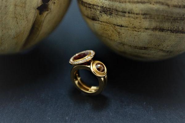 Goldschmiede Jürg Roduner Antikschmuck Ring aus Rotgold 750 mit einer antiken Gemme, weissen und braunen Brillanten. Ring aus Rotgold 750 mit einer Diamant – Rose gefasst mit Millgriff