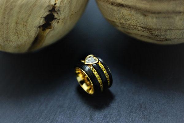 Goldschmiede Jürg Roduner Emotionsdiamant Ring aus Gelbgold 750 und Carbon mit einem bräunlichen und gelben Emotionsdiamanten