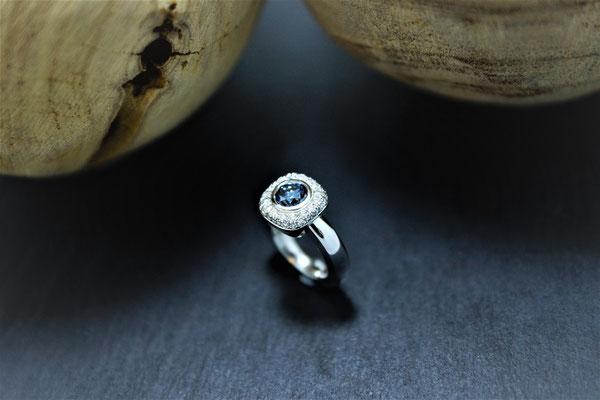 Goldschmiede Jürg Roduner Emotionsdiamant Ring aus Weissgold 750 mit einem blauen und weissen Emotionsdiamanten