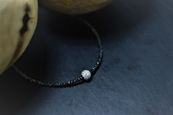 Goldschmiede Jürg Roduner Halsschmuck Schwarzes Diamantcollier mit einer Kugel aus Weissgold 750, ausgefasst mit weissen Brillanten
