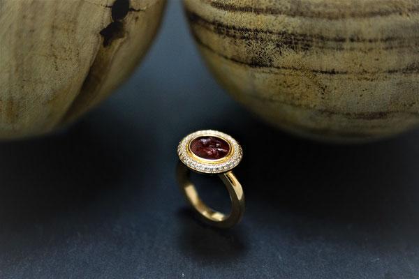 Goldschmiede Jürg Roduner Antikschmuck Ring aus Rotgold 750 mit einer antiken Gemme, weissen und braunen Brillanten