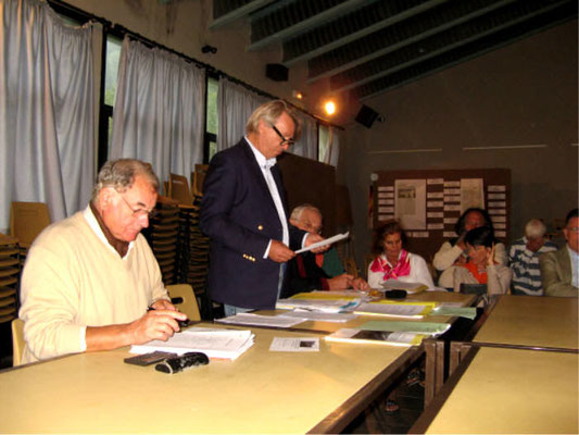 AG Octobre 2009 : Lecture du rapport d'activités par le président Me MASSIANI. (Au permier plan, le trésorier Mr Pierre FUMAT)