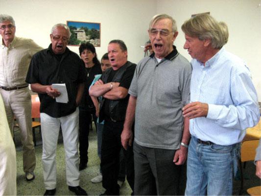 Me Mauduit, les chanteurs, le père André et Yves-Eric Massiani chantant le Dio Salve Regina