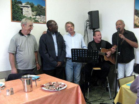 Les pères André et Dominique, Yves-Eric Massiani, les musiciens : MM PASSONI et DIONISI