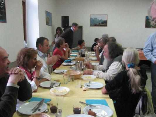 Les participants au déjeuner musical dans le réfectoire du couvent de VICO