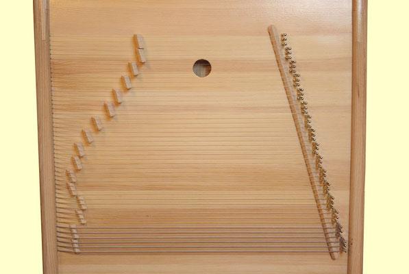 Große Tao-Klangkabine Besaitung (Rückseite) ©