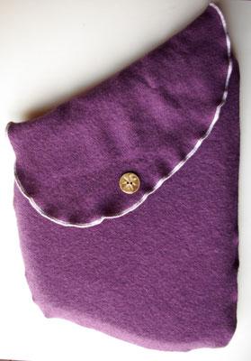 Stoffhülle in Blauviolett, mit Knopf aus Horn