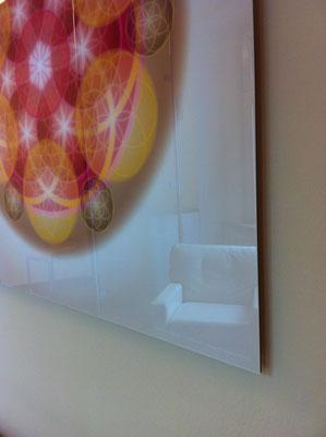 Lebendiges Mandala aus der ELEMENT LINE in Praxisräumen, Echtfoto hinter Acylglas, 90 x 90 cm. © Susanne Barth