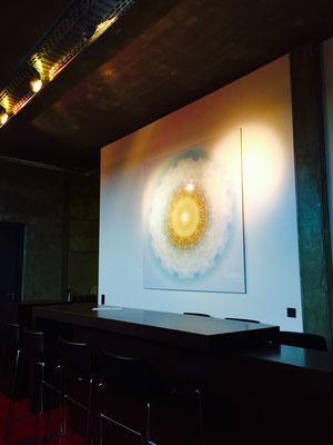 Lebendiger Meisterkristall im Loft einer Werbeagentur, Echtfoto hinter Acylglas, 177 x 177 cm. © Susanne Barth