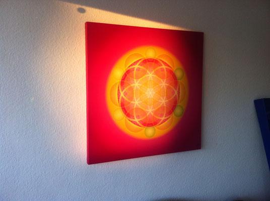 """Lebendiges Mandala aus der COLOR LINE """"Kongruenz"""" im stimmungsvollen Abendlicht, in Privaträumen, 80 x 80 cm © Susanne Barth"""