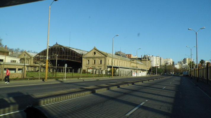 L'ancienne gare et le chemin vers le port