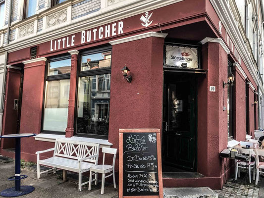 "Burger und Bier im ""Little Butcher"", Hemmstraße. ©Daniel Zaidan/dezettgrafik"