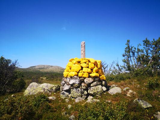 Gelbe Grenzsteine markieren die Grenze zwischen Norwegen und Schweden
