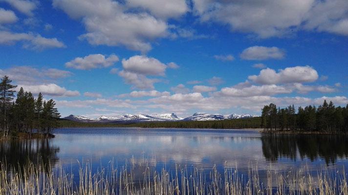 Rotsjön mit Blick aufs Lunndörrsfjället