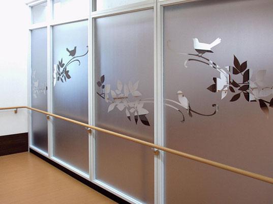衝突防止も兼ねたガラス装飾です。