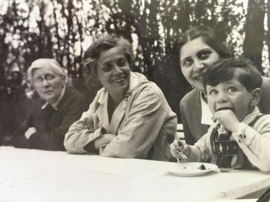von links nach rechts: vermutlich Mutter von Lina Löbenberg, Lina Löbenberg, Alice Lisl Philipp mit Sohn Chaim Yaron
