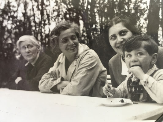 from left to right: probably mother of Lina Loebenberg, Lina Loebenberg (Adolfs second wife), Alice Lisel Philipp (Adolfs daughter from his first marriage) and her son Chaim Yaron Philipp