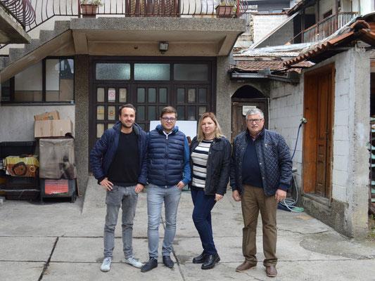 Hier werden SORBAS Schuhe gefertigt: Kasim, der Vater des Familienbetriebes (rechts) mit seinen beiden erwachsenen Kindern Ajtana und Mesa zusammen mit SORBAS Gründer Eike Vogler (links) vor der Produktionsstätte in Serbien.