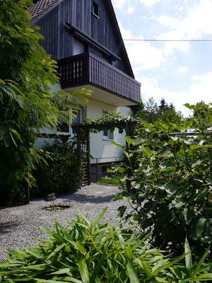 Haus Westseite mit Steingarten