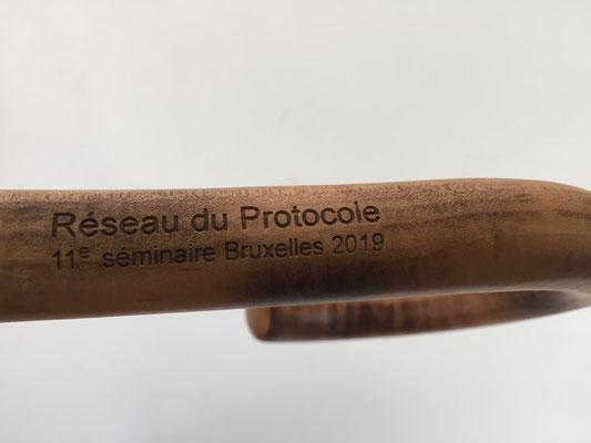 Lasergraveerkunst op houtten handvat. Parfi sixteen 613