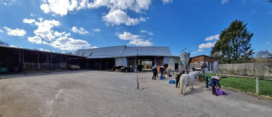 La grande cour de l'écurie des 2R à Thorigny sur Oreuse