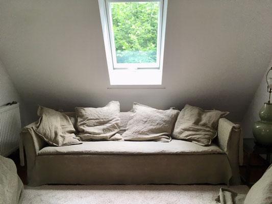 Sofa mit Leinen bezogen