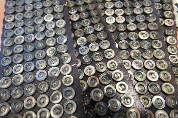 Perlmutt-Hemdenknöpfe aus altem Bestand