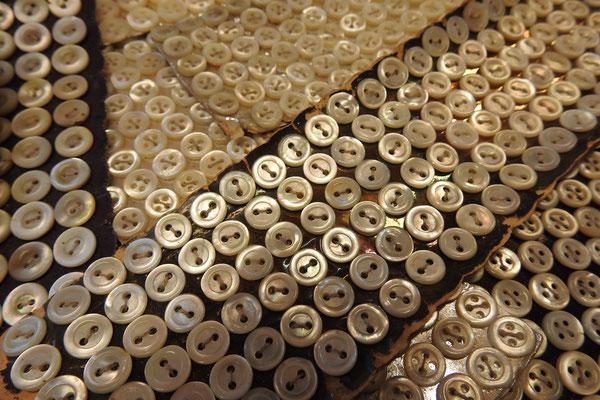 Perlmutt-Hemdenknöpfe aus altem Bestand, auf Karton genäht