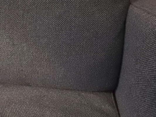 Anthrazitgrauer Bezugstoff auf einem Sofa