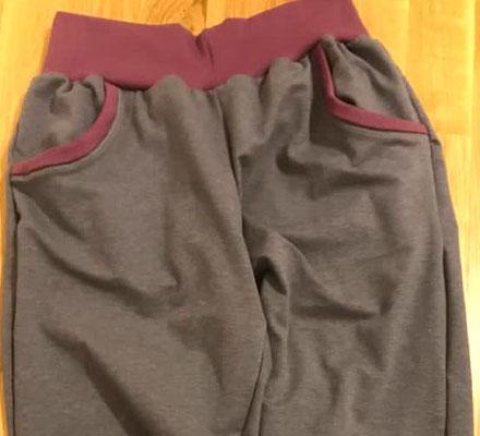 Jogginghose aus dem grauen Interlock-Jersey und Bündchenstoff