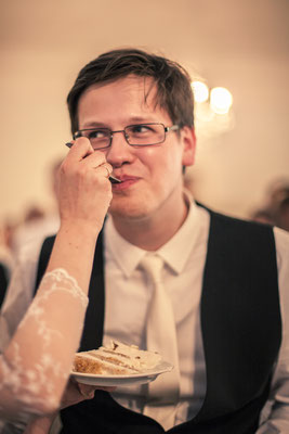 Brautpaar, Bräutigam, Kuchenanschneiden, Location: Deutsche Alfred-Schnittke-Gesellschaft, Musikseminar Hamburg, minalux, wedding photography, Hochzeitsreportage, Hochzeitsfotografie, Mina Esfandiari
