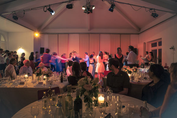 Tanzen, Hochzeitsgesellschaft, Party, Nachts, Feiern, Location: Deutsche Alfred-Schnittke-Gesellschaft, Musikseminar Hamburg, minalux, wedding photography, Hochzeitsreportage, Hochzeitsfotografie, Mina Esfandiari