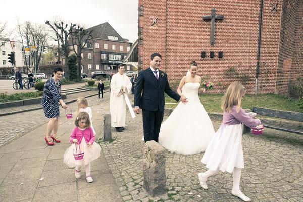 Hochzeitsgesellschaft, Blumenkinder, Brautjungfern, Pastor, St. Johannis Kirche Eppendorf, Hamburg, minalux, wedding photography, Hochzeitsreportage, Hochzeitsfotografie, Mina Esfandiari