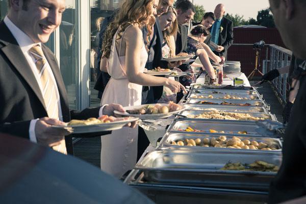 Hochzeitsgesellschaft, Gäste, Buffet, Essen, Dinner, lecker, Catering, Location: Fleet 3, Hamburg Finkenwerder, minalux, wedding photography, Hochzeitsreportage, Hochzeitsfotografie, Mina Esfandiari