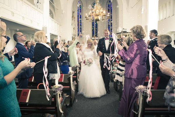 Brautpaar, Trauung, Zeremonie, Hand in Hand, Auszug, St. Nicolai Kirche Hamburg Finkenwerder, minalux, wedding photography, Hochzeitsreportage, Hochzeitsfotografie, Mina Esfandiari