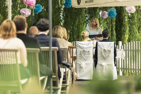 Brautpaar, freie Trauung, Zeremonie, Hochzeitsgesellschaft, Altes Fährhaus Cranz, Hamburg, minalux, wedding photography, Hochzeitsreportage, Hochzeitsfotografie, Mina Esfandiari