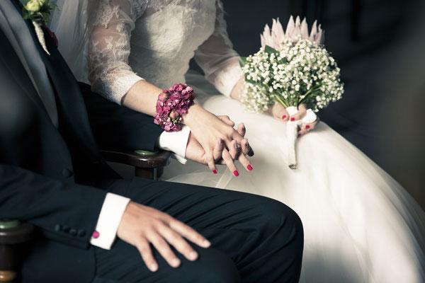 Brautpaar, Trauung, Zeremonie, Hand in Hand, St. Nicolai Kirche Hamburg Finkenwerder, minalux, wedding photography, Hochzeitsreportage, Hochzeitsfotografie, Mina Esfandiari