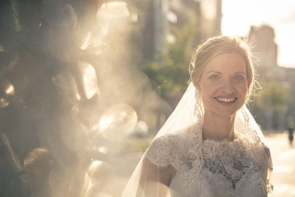 Braut, Lichtreflexe, Glitzer, Lensflare, Lichtpunkte, Speicherstadt, Hafencity, Hamburg, minalux, wedding photography, Hochzeitsreportage, Hochzeitsfotografie, Mina Esfandiari