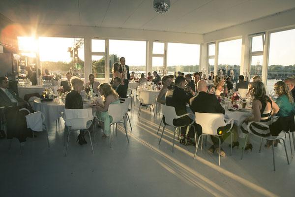 Abendstimmung, Abendlicht, Essen, Hochzeitsgesellschaft, lichtdurchflutet, Location: Fleet 3, Hamburg Finkenwerder, minalux, wedding photography, Hochzeitsreportage, Hochzeitsfotografie, Mina Esfandiari