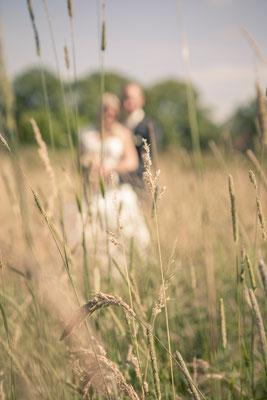 Brautpaar, Blur, Unschärfe, Kornfeld, Wiese, Landluft, Hamburg Gut Moor, minalux, wedding photography, Hochzeitsreportage, Hochzeitsfotografie, Mina Esfandiari