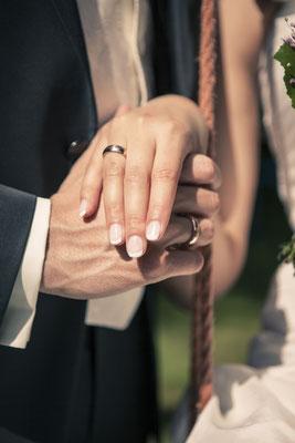 Brautpaar, Ringe, Trauringe, Detail, Hand in Hand, Hamburg Gut Moor, minalux, wedding photography, Hochzeitsreportage, Hochzeitsfotografie, Mina Esfandiari