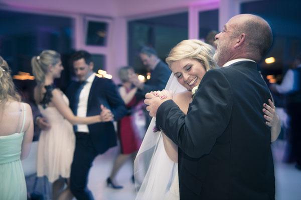 Party, Tanz, tanzen, Feier, nachts, Abendstimmung, Location: Fleet 3, Hamburg Finkenwerder, minalux, wedding photography, Hochzeitsreportage, Hochzeitsfotografie, Mina Esfandiari