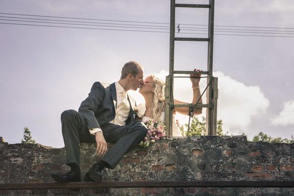 Brautpaar, Leiter, Mauer, Kuss, Landluft, Hamburg Gut Moor, minalux, wedding photography, Hochzeitsreportage, Hochzeitsfotografie, Mina Esfandiari